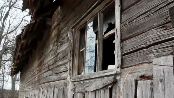 dřevěné šindele ze zdi domu