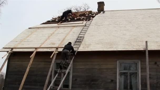 pokrývači uvedení nějaké dřevěné šindele na střeše