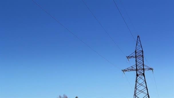 dvě velké elektrické příspěvky s kabely