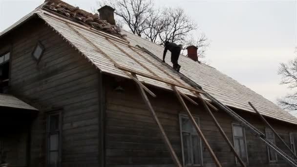 pokrývač vylezl na střechu