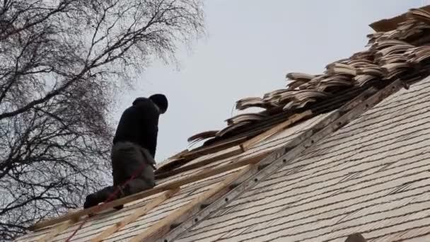 pokrývač přibíjení některé dřevěné šindele