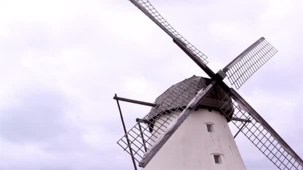 starý mlýn obilí a větrný mlýn