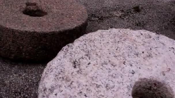 dva mlýnské kameny na zemi