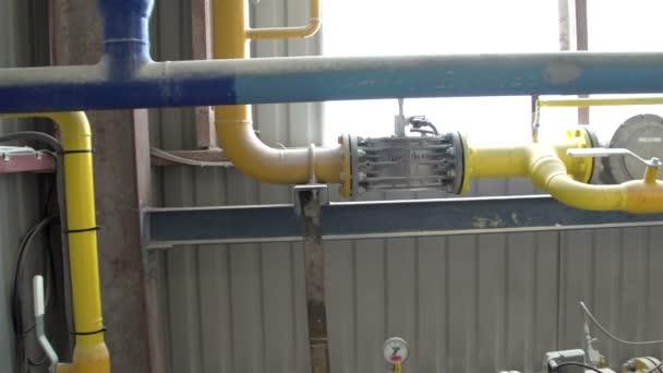 eine Reihe von Gasleitungen in der Umgebung