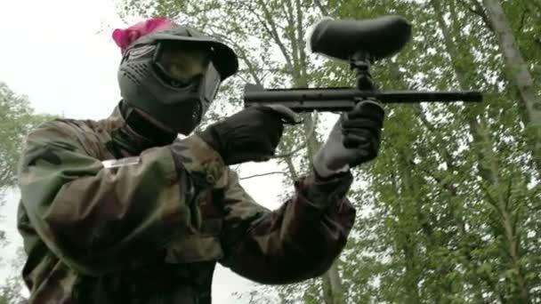 muž v camoflouge střelba cíl fs700 odyssey 7q