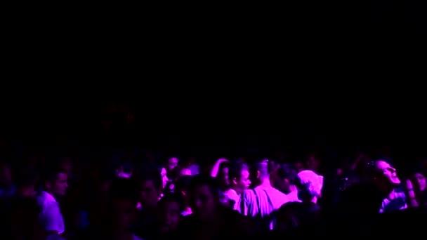 voll Menschen beim Konzert