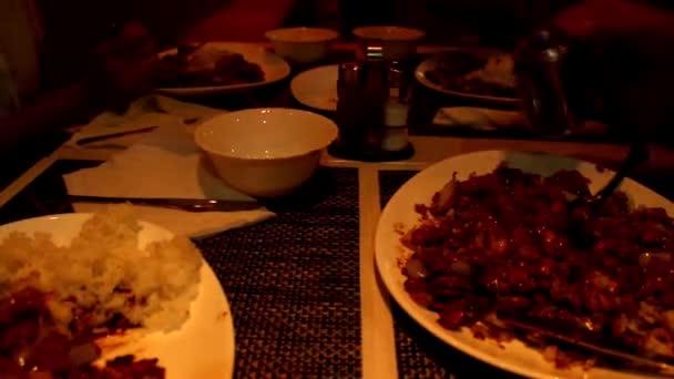 timelapse jíst večeři v atmosféře s jemným osvětlením
