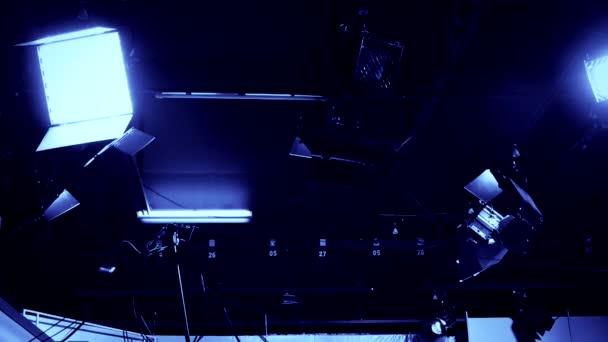 televizní studio reflektory