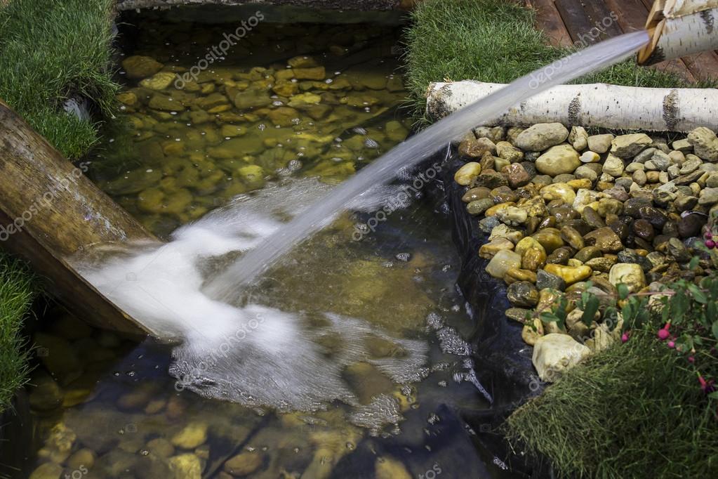 ca da de agua artificial foto de stock groanbugar
