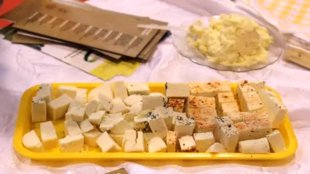sýr na desce, zblízka