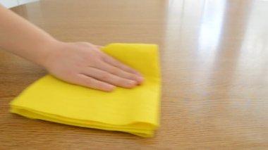 Extrem Möbel Tisch mit blauem Tuch reinigen — Stockvideo © mazhora@gmail CJ27