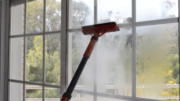 Reinigung der Fenster mit Dampf