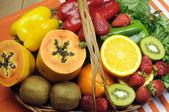 zdravá strava - zdroje vitaminu c - pomeranče, jahody, paprika kapie, kiwi ovoce, Papa, spinack tmavé listové zeleniny a petrželkou.