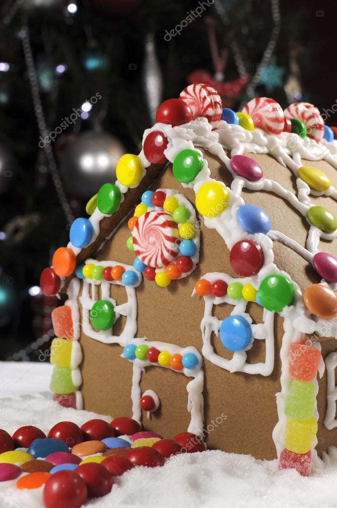 Weihnachtsbaum Fun.Fun Kinder Weihnachten Lebkuchenhaus Vor Weihnachtsbaum Stockfoto