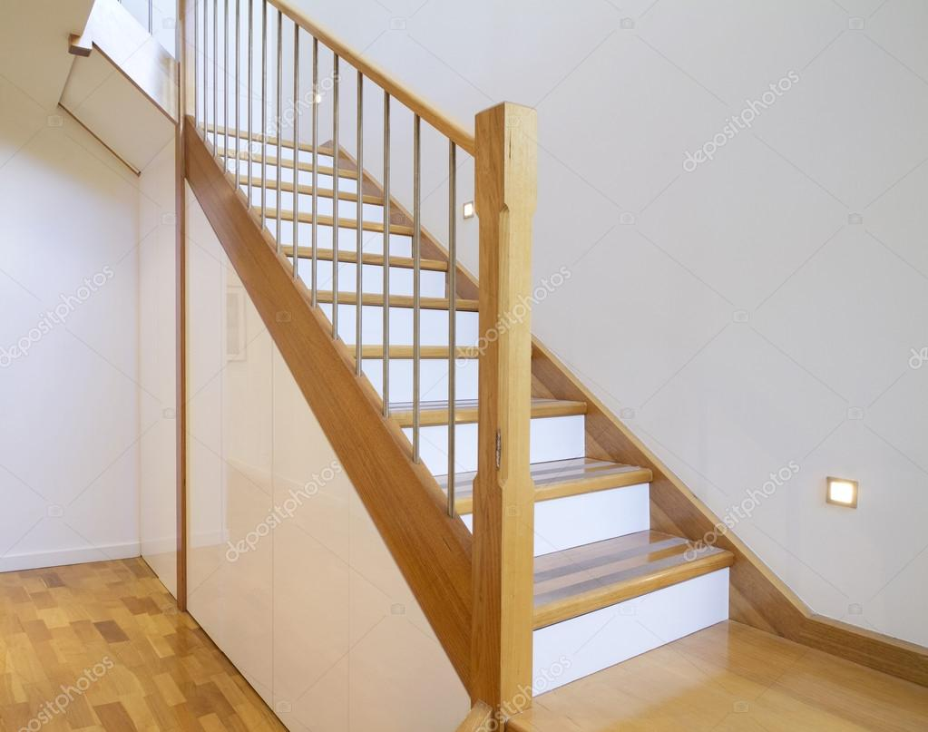 caso interior casa escalera de roble y blanco u imagen de stock