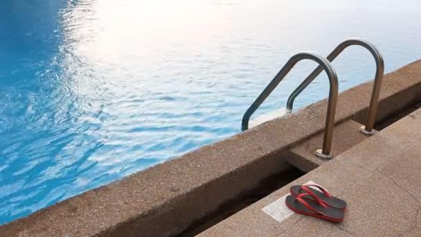 sandál u bazénu