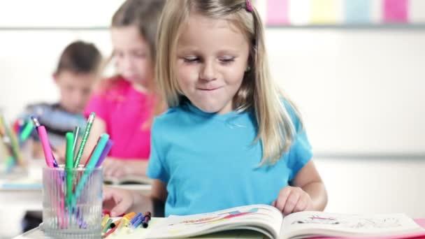 roztomilá malá školka dívka úsměvy na kameru