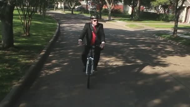 egy üzletember gyakorlatok környezeti szempontból fenntartható élet kerékpár helyett a kocsiját a munkához.