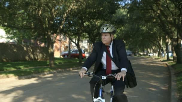 podnikatel pomocí ekologický druh dopravy zastaví jeho kolo a kontroluje provoz