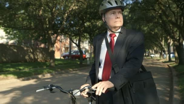 ekologicky uvědomělý podnikatel rádi používat kolo jako dopravní úsměvy pro fotoaparát