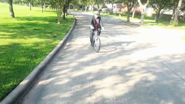 egy üzletember, megy a zöld csökkenti a szén-dioxid a biciklizés az autó vezetés helyett.