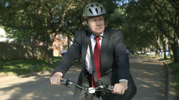 hrdý na to, jít zelené na kole ekologický podnikatel sleduje provoz pak úsměv pro kamery