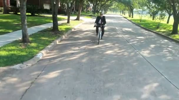 kerékpár egy környezetbarát közlekedési megoldás az üzletember, aki megy a zöld.