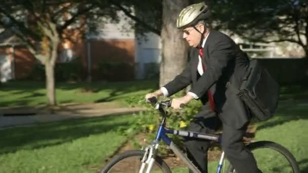 ekologicky vědomím podnikatel snižuje svou uhlíkovou stopu pomocí kole namísto jeho auto se dostat do práce