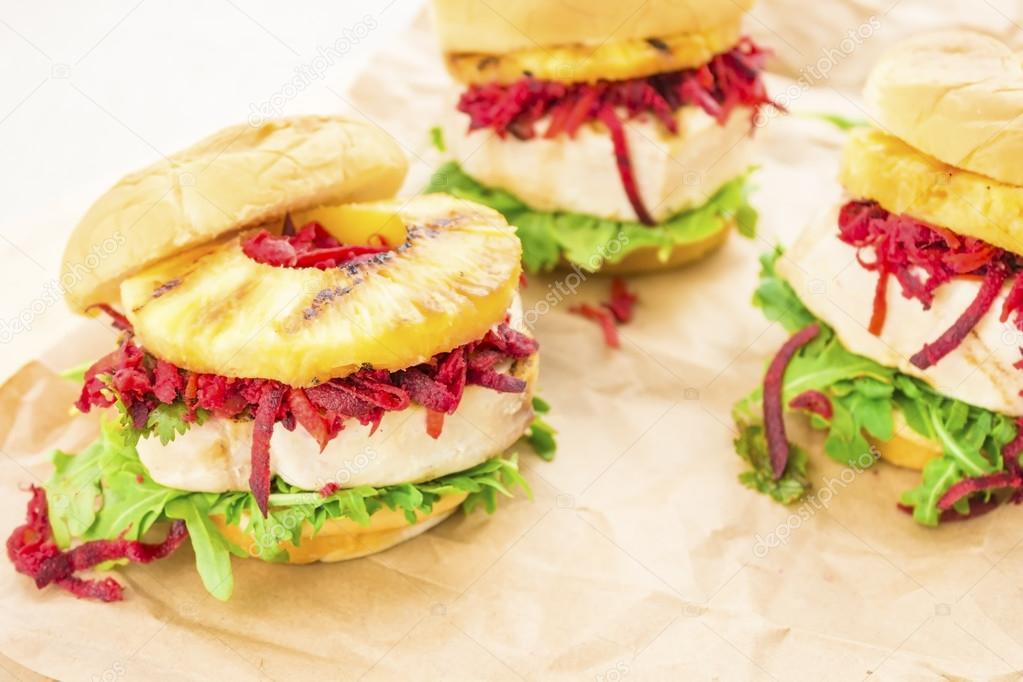 Hamburger di tonno hawaiano foto stock lameeks 23591581 for Piani di piantagione hawaiana