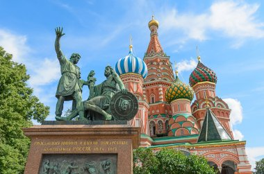 The monument to Minin and Pozharsky on the red square in Moscow.