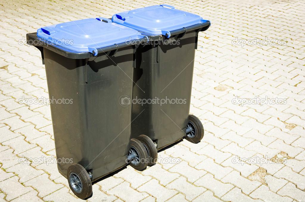 Bidone della spazzatura moderno u foto stock foottoo