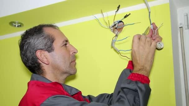elektrikář instalací systému elektrického napájení