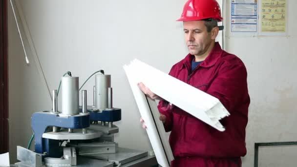 pracovník kontroly kvality svaru