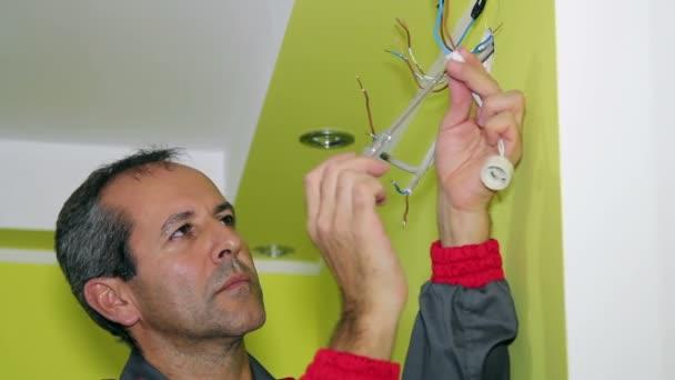 Člověk dělá elektrikářské práce