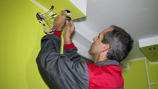 muž instalace stropní led svítidlo