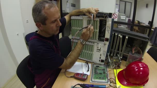 inženýr řeší problém