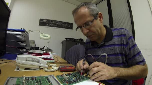 inženýr testování desce