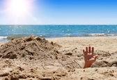 lidé ruku na písečné pláži