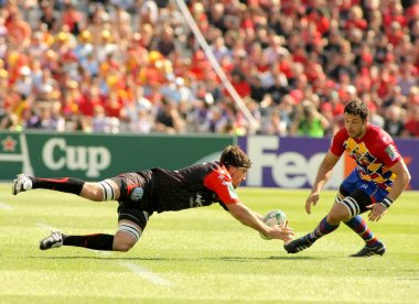 Toulon's Juan Martin Fernandez Lobbe(L) fights for the ball with Perpignan's flanker Damien Chouly(R)