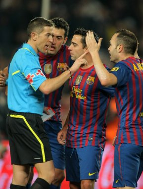 FC Barcelona players discussed with the referee Iglesias Villanueva