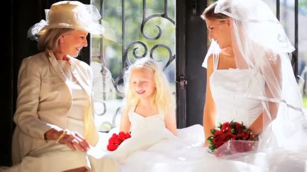 Aranyos szőke virág lány nevető menyasszony nagymama