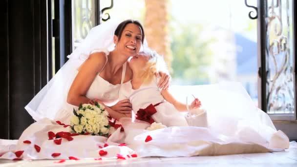Nevető menyasszony ül szép szőke koszorúslány