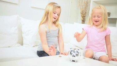 16452ae9de39f9 Schattige kleine meisjes geld varken opslaan Rechtenvrije Stockvideo