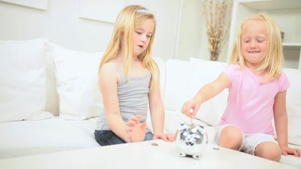 roztomilé holčičky šetří peníze prase
