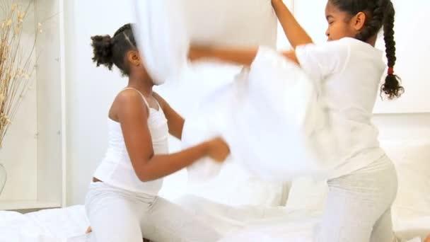 Aranyos afro-amerikai nővérek párna küzdelem