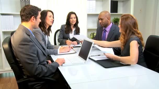 Multi-ethnischen Sitzungssaal-Business-meeting