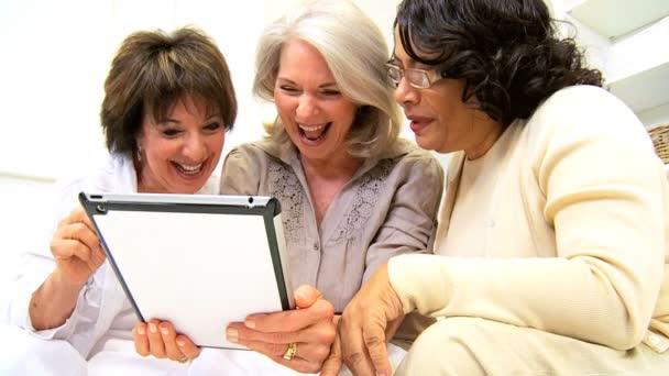 zralé multi etnické přátel bezdrátový tablet aplikace