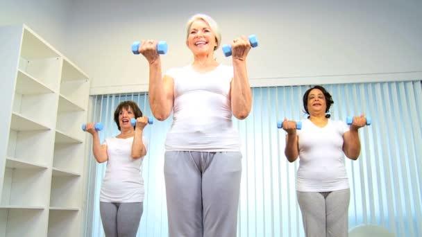 starší ženské zdraví klub jógy