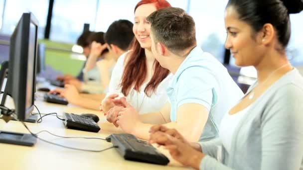 Változatos diákok dolgoznak együtt technológia szoba