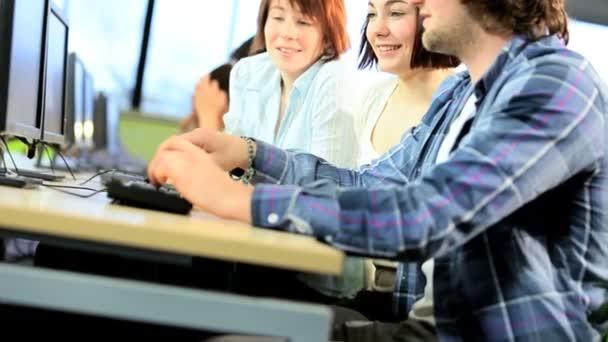 multi etnické tvůrčí skupina studentů studujících